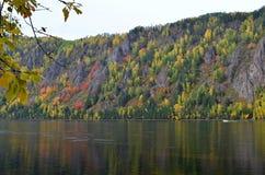 Het de herfstlandschap van de berg met de heldere herfst kleurt mening van de rivierbank stock foto's