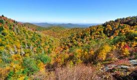 Het de herfstpanorama bij de Vork van het Oosten overziet op Blauw Ridge Parkway tijdens daling van de Appalachian Bergen royalty-vrije stock fotografie