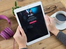 Het de holdingsscherm van de vrouwenhand van Apple-muziek app stock foto