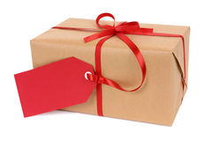 Het de Kerstmisgift of pakket bond met rode die lint en giftmarkering op witte achtergrond wordt geïsoleerd Royalty-vrije Stock Afbeeldingen