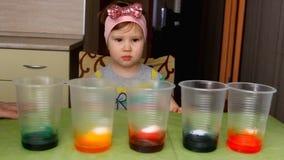 Het de kindgedragingen ervaring en experiment stock footage