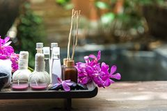 Het de kuuroordbehandeling en product voor vrouwelijke voeten en de manicure nails spa met roze bloem, kopiëren ruimte, zachte en royalty-vrije stock afbeeldingen