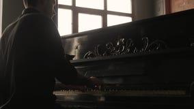 Het is de langste freestanding bouw van het roosterstaal in de wereld Pianist die de uitstekende piano in ouderwets binnenland sp stock video