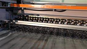 Het de lentekader voor een matras, productie van meubilair springt voor matrasblokken op, machine voor de productie van stock video