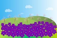 Het de lentelandschap Groene heuvels, purpere viooltjes met een geel centrum, een bloeiende tuin, bomen met bruine boomstammen en Royalty-vrije Stock Foto's