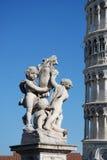 Het de leunende Toren en standbeeld van Pisa stock afbeeldingen