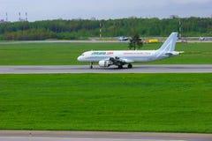 Het de Luchtbusa320-216 vliegtuig van luchtvaartlijnalitalia landt in de Internationale luchthaven van Pulkovo in heilige-Petersb Royalty-vrije Stock Afbeeldingen