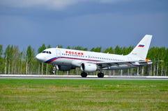 Het de Luchtbusa319 vliegtuig van Rossiyaluchtvaartlijnen berijdt op de baan na aankomst van de Internationale luchthaven van Pul Royalty-vrije Stock Foto