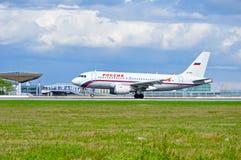 Het de Luchtbusa319 vliegtuig van Rossiyaluchtvaartlijnen berijdt op de baan na aankomst van de Internationale luchthaven van Pul Stock Foto's