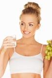 Het de mooie druiven en water van de vrouwenholding stock foto