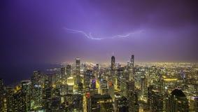 Het de nachtpanorama van de binnenstad van Chicago met donder Stock Foto's