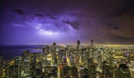 Het de nachtpanorama van de binnenstad van Chicago met donder Stock Fotografie
