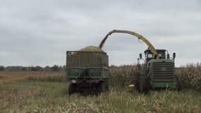 Het de oogstwerk van het tractorgraan stock video