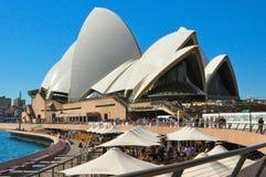 Het de operahuis van Sydney, is een centrum van multi-trefpunt uitvoerende kunsten in Sydney, Nieuw Zuid-Wales met blauwe hemelac royalty-vrije stock foto's