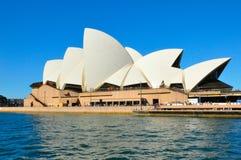 Het de operahuis van Sydney, is een centrum van multi-trefpunt uitvoerende kunsten in Sydney, Nieuw Zuid-Wales met blauwe hemelac stock foto