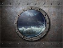 Het de oude patrijspoort of venster van het schipmetaal met overzees onweer Royalty-vrije Stock Fotografie