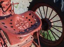 Het de oude zetel en wiel van de staaltractor royalty-vrije stock foto's