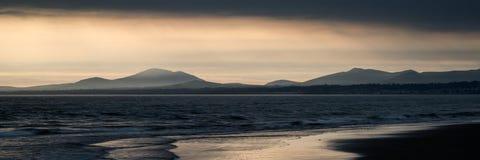 Het de overweldigende bergketen en strand van het panoramalandschap bij trillend stock afbeeldingen
