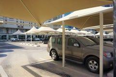Het in de schaduw gestelde parkeerterrein behandelt luxueuze voertuigen in Doha Stock Foto