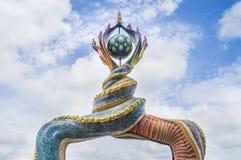 Het de staartenbeeldhouwwerk werd van Naga verfraaid met verglaasde tegel Royalty-vrije Stock Afbeelding