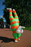 Het de stadspark van de acteursanimator in kostuum van het gekke konijn van het beeldverhaalkarakter onderhoudt kinderen en volwa Stock Foto