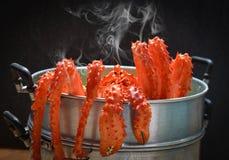Het de stoombootvoedsel van Alaska van Koningscrab cooked bij het stomen van pottenzeevruchten en slagroente met donkere achtergr royalty-vrije stock foto's