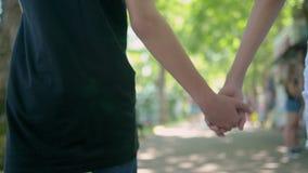 Het de tienersjongen en meisje gaan holding indienen het park Close-up stock videobeelden