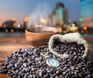 Het de tijd van ` s aan koffie, de hoop van de Koffieboon op houten vloer met hennepbedelaars Royalty-vrije Stock Foto's