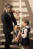 Het de tijd van ` s om naar school te gaan Terug naar het Concept van de School Schoolmeisje en papa met gelukkige gezichten Stock Foto
