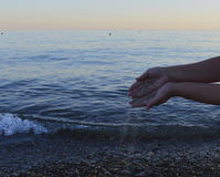 Het de tijdstrand van het handleven de van de de aardreis van de zandpalm oceaan van de de mensen blootvoetse schoonheid ontspant Royalty-vrije Stock Foto