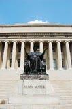 Het de Universitaire Bibliotheek van Colombia en standbeeld van het Alma mater Stock Fotografie