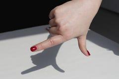 Het de vingernagellak van de modieuze make-upvrouw, maakt de modellering van een pistool op de lijst Royalty-vrije Stock Fotografie