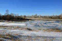 Het de winterlandschap Dun ijs op de rivier Oostelijk Siberië Stock Foto