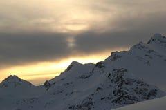 Het de winterlandschap met sneeuw behandelde pieken van de bergen van de Kaukasus, mening van Elbrus-berg Stock Foto