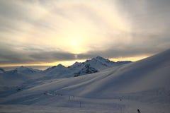 Het de winterlandschap met sneeuw behandelde pieken van de bergen van de Kaukasus, mening van Elbrus-berg Royalty-vrije Stock Afbeeldingen