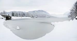 Het de winterlandschap met steenbrug en het bevroren meer in sloven Stock Foto