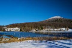 Het de winterweergeven van Abbott-Meer, Pieken van Otter brengt en Berg Met platte kop onder royalty-vrije stock foto