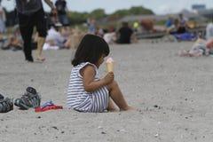 Het de zomerleven op een zonnige de zomerdag bij strand Royalty-vrije Stock Afbeelding