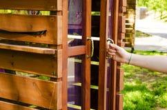 In het de zomerpark, is een boekenkast beschikbaar royalty-vrije stock foto's