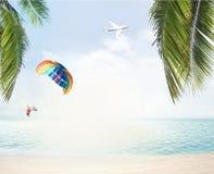 Het de zomerstrand en de oceaanhorizon met tropische 3d palmbladen trekken uit Stock Afbeelding