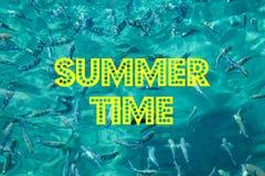 Het de Zomertijd van ` s met tekst en vaag zand met overzeese hemelachtergrond, de zomerdag stock afbeelding