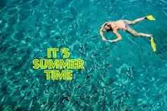 Het de Zomertijd van ` s met tekst en vaag zand met overzeese hemelachtergrond, de zomerdag royalty-vrije stock foto