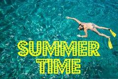 Het de Zomertijd van ` s met tekst en vaag zand met overzeese hemelachtergrond, de zomerdag Stock Foto's