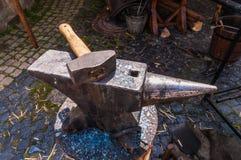 Het de zware hamer en aambeeld van Smith stock afbeeldingen