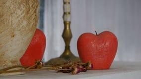 het decor Brandende kaars in de vorm van een appel De brand gaat uit, is er rook stock video