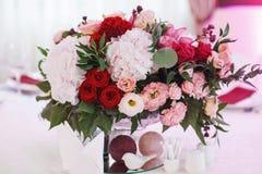 Het decor van de huwelijkslijst met rode bloemen royalty-vrije stock foto's