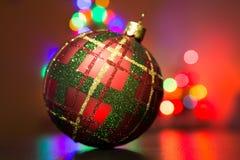 Het decor van de Kerstmisboom met achtergrond van onscherpe lichten Stock Afbeelding