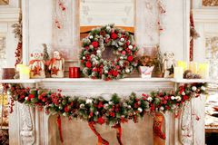 Het decor van de Kerstmisopen haard royalty-vrije stock afbeeldingen