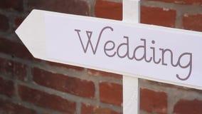 Het decor van het huwelijk Houten plaque met het inschrijvingshuwelijk stock video