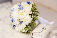 Het boeket van het huwelijk van witte pioenen Stock Afbeeldingen